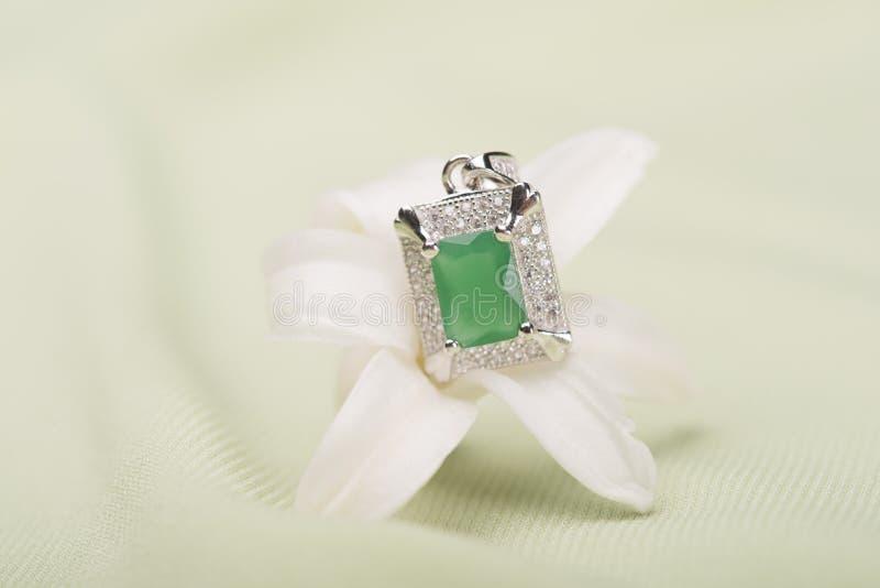 Anel de pedra verde em uma flor fotos de stock