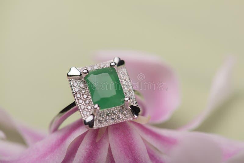 Anel de pedra verde em uma flor fotografia de stock