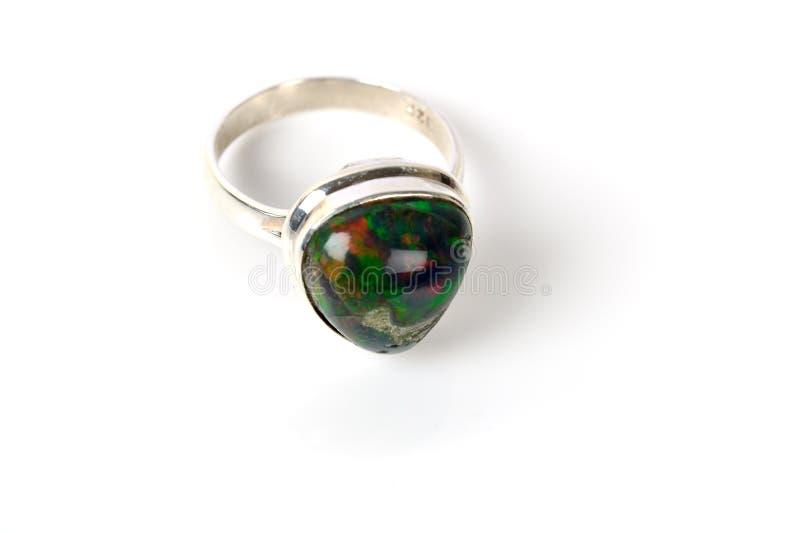 Anel de prata com a pedra da opala da cor verde imagem de stock