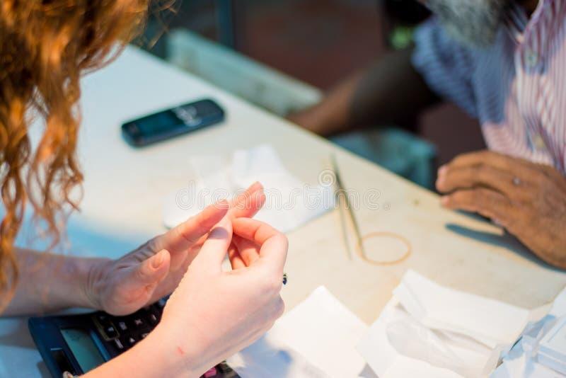 Anel de tentativa do joalheiro e da mulher na loja de joia imagem de stock royalty free
