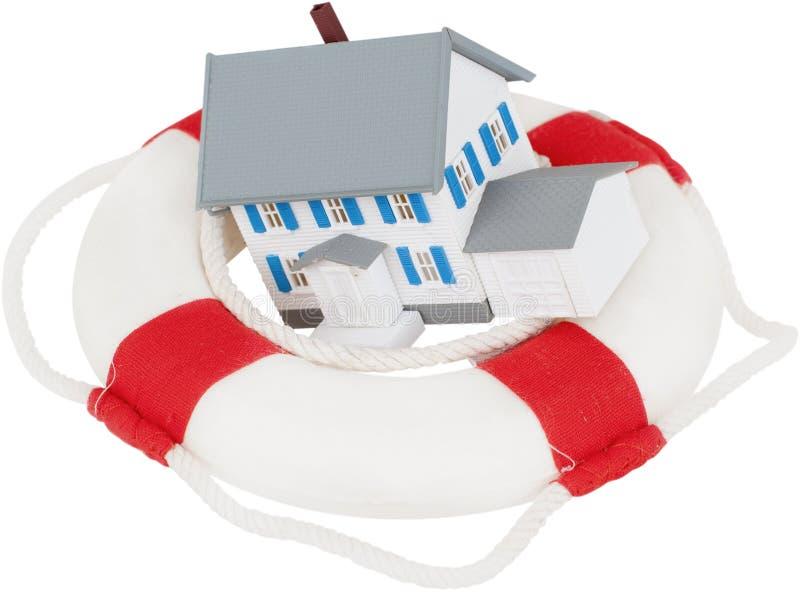 Anel de vida com uma casa nela - conceito do seguro fotografia de stock
