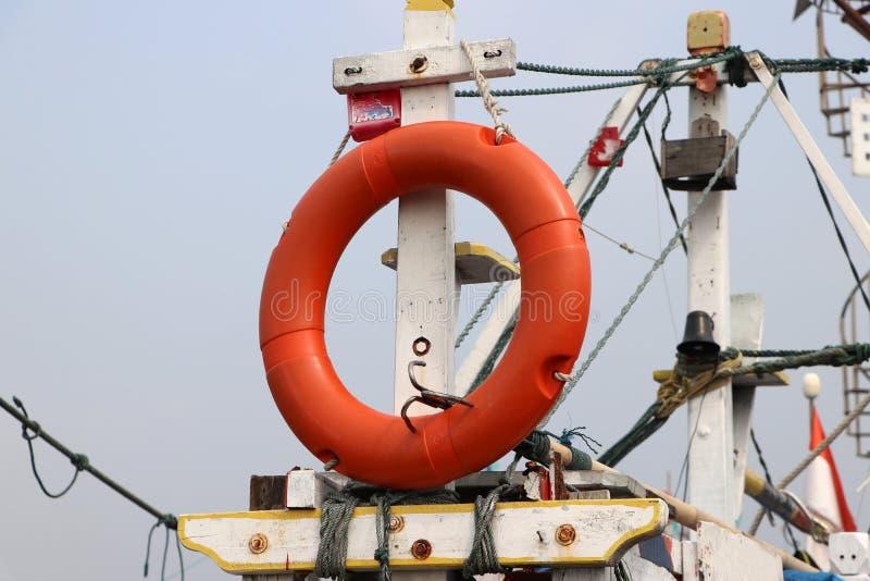 Anel de vida da segurança que pendura em mastros do barco de pesca imagens de stock