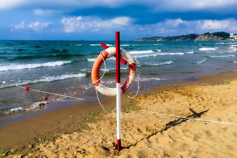 Anel do boia salva-vidas que pendura na praia fotos de stock