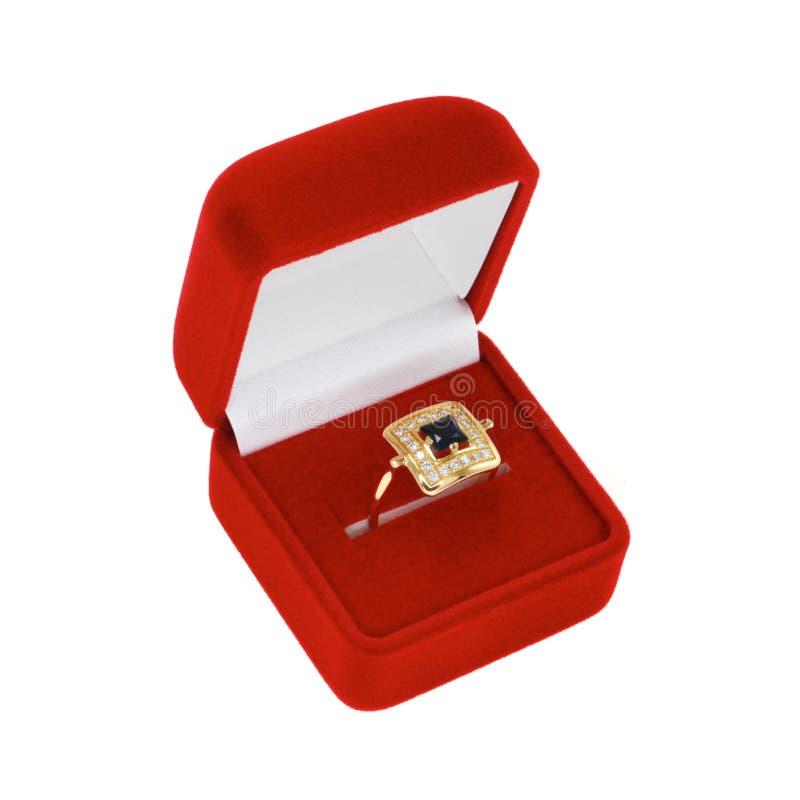 Anel do diamante e da safira na caixa vermelha de veludo fotos de stock royalty free