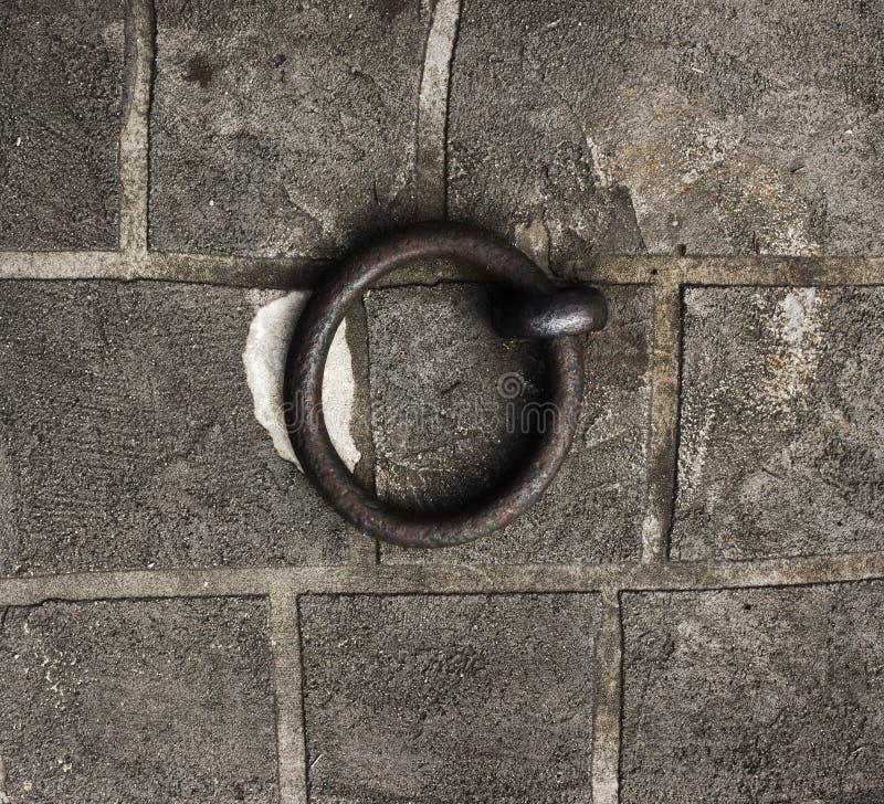 Anel do ferro nos blocos de pedra foto de stock