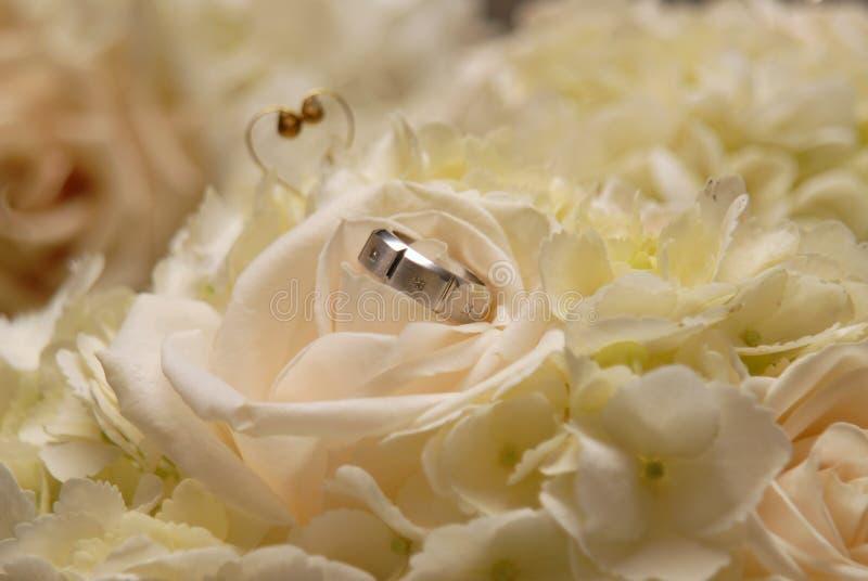 Anel do noivo no ramalhete da flor da noiva imagem de stock royalty free