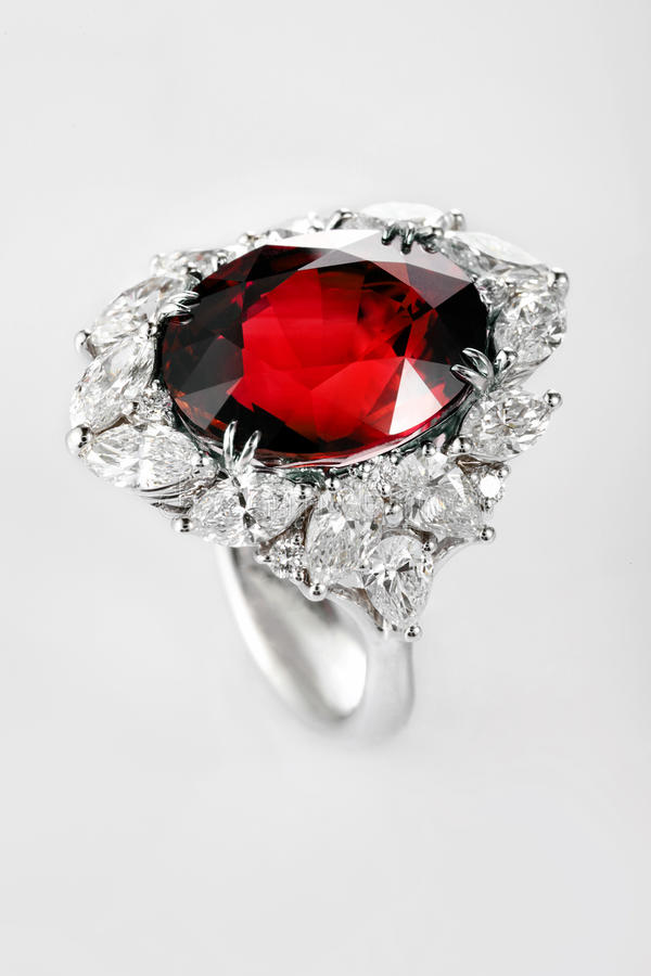 Anel do ouro branco ou da prata com a pedra preciosa vermelha do rubi imagem de stock