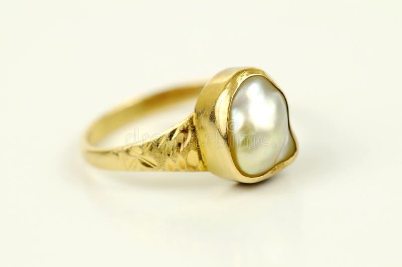 Anel dourado da pérola isolado foto de stock royalty free