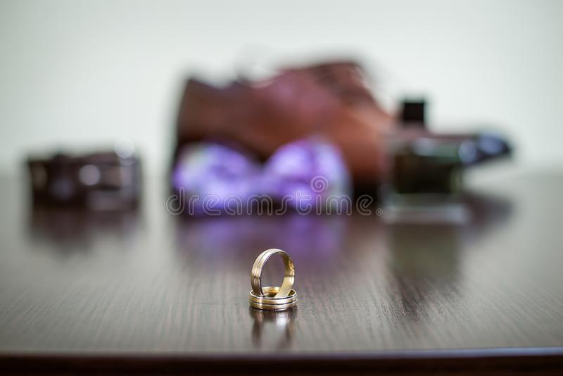 Anel dourado do casamento imagem de stock