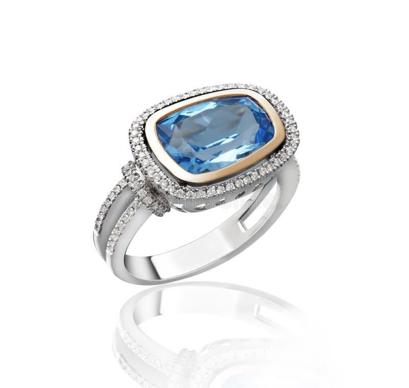 Anel dourado do diamante azul da safira imagem de stock royalty free