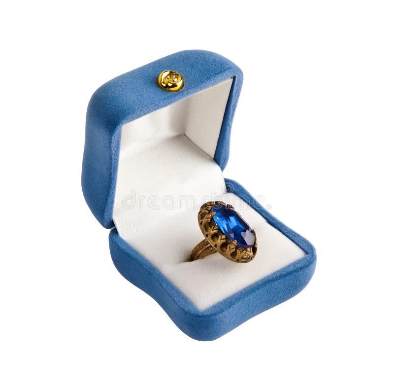 Anel dourado isolado no fundo branco imagens de stock royalty free