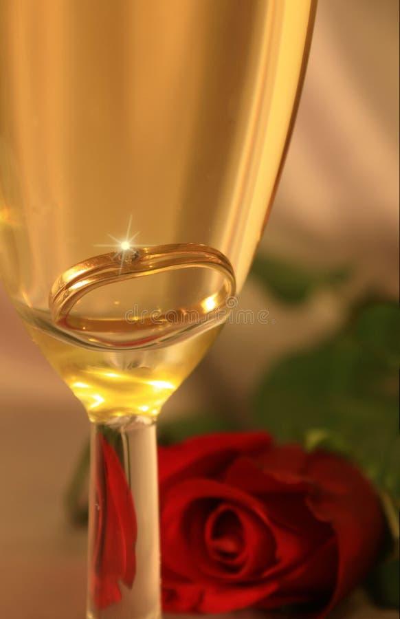 Anel dourado no champanhe fotos de stock royalty free