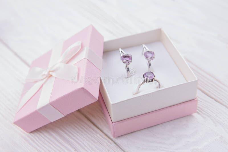 Anel e ametista de prata dos brincos na caixa de presente fotografia de stock