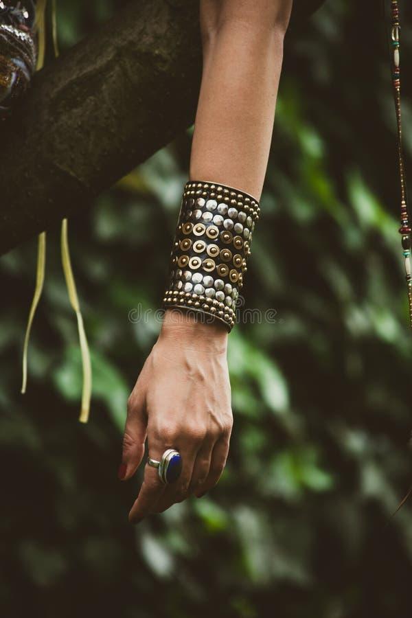 Anel e bracelete maciço na mão da mulher imagem de stock royalty free