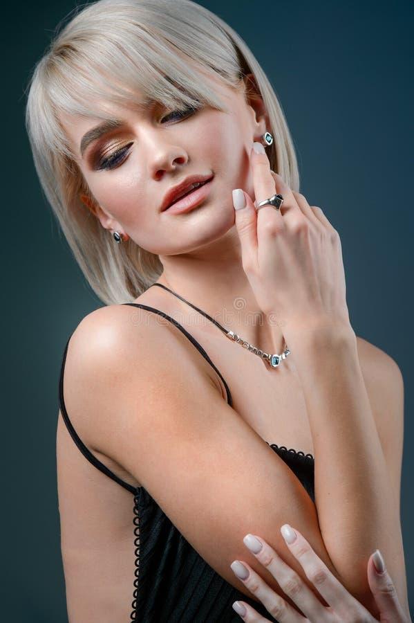 Anel e colar da forma Retrato da menina da beleza hairstyle composição jóia Mulher bonita com composição do penteado e da noite imagens de stock