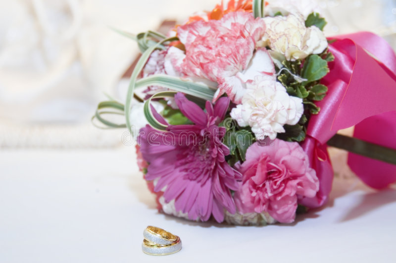 Anel e ramalhete de casamento fotografia de stock royalty free