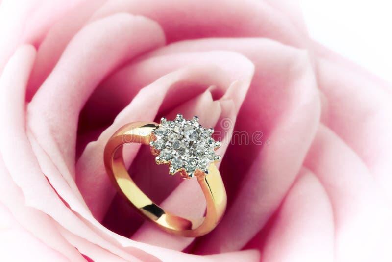 Anel e Rosa de diamante imagem de stock royalty free
