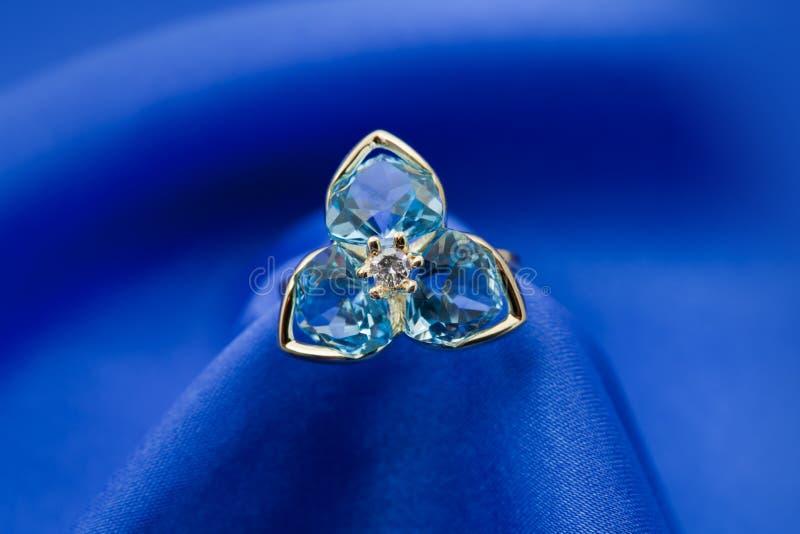 Anel elegante da jóia com topaz imagem de stock