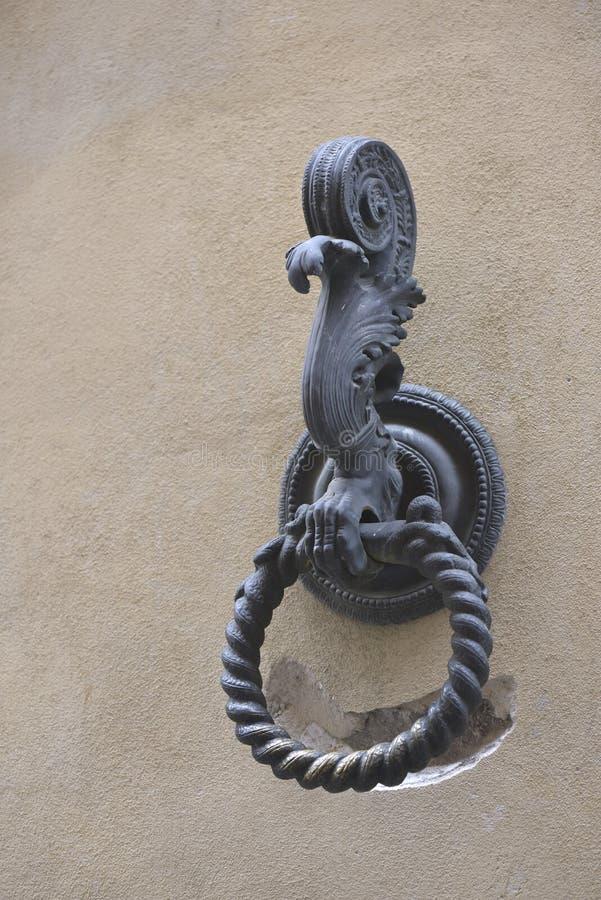 Anel engatando do cavalo velho exterior em uma parede histórica imagens de stock
