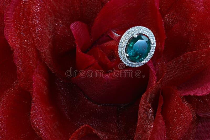 Anel esmeralda com diamantes imagens de stock