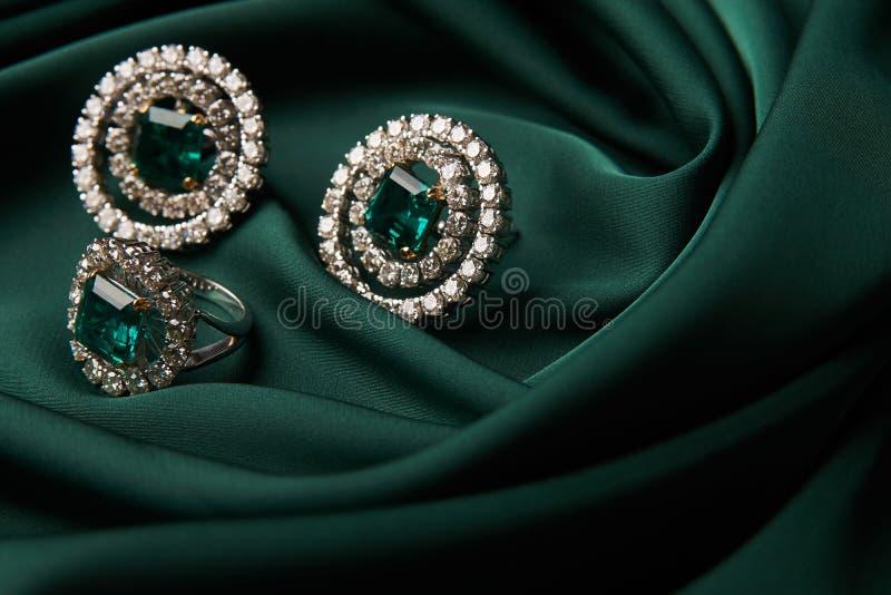 Anel esmeralda e pares de brincos do diamante no ouro imagem de stock