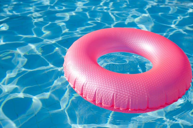 Anel flutuante em piscina de água azul foto de stock royalty free