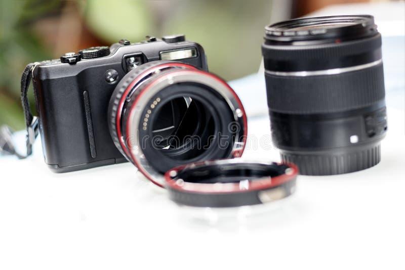 anel macro para a lente foco do aumento Há uma câmera e uma lente Profundidade rasa do corte fotos de stock royalty free