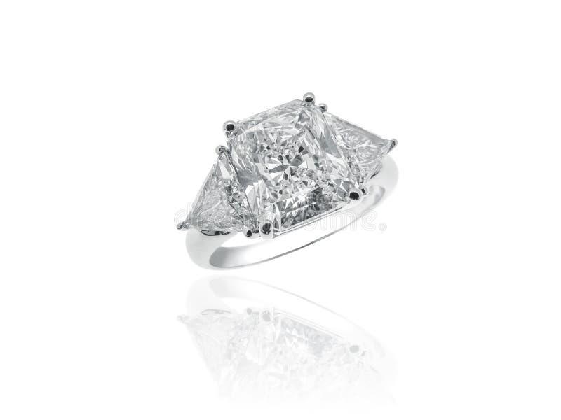 Anel magnífico da joia do solitário dos diamantes imagem de stock