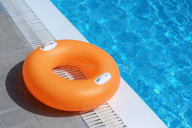 Anel nadador do flutuador na piscina foto de stock royalty free