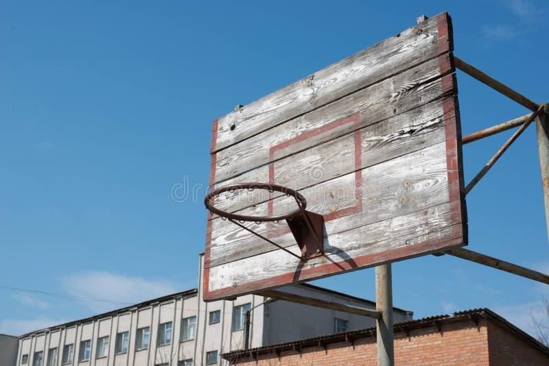 Anel velho do basquetebol na terra de esportes fotos de stock