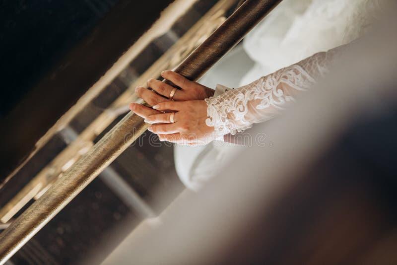 Anelli delle mani che amano insieme il terrazzo di nozze delle coppie fotografia stock libera da diritti