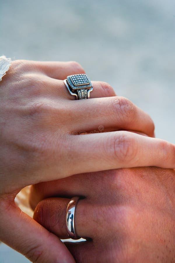 Anelli dello sposo e di una sposa d'annata sull'abbraccio delle mani dopo il matrimonio alle nozze immagini stock libere da diritti