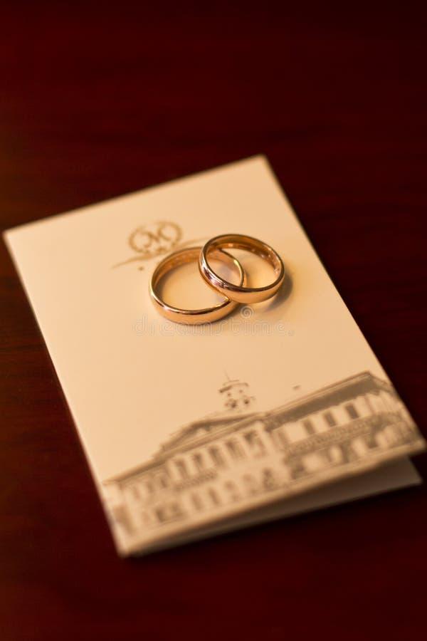 Anelli di cerimonia nuziale Atmosfera di nozze immagine stock