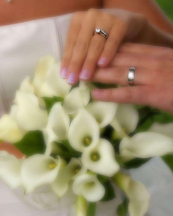 Anelli di cerimonia nuziale con i fiori fotografie stock libere da diritti