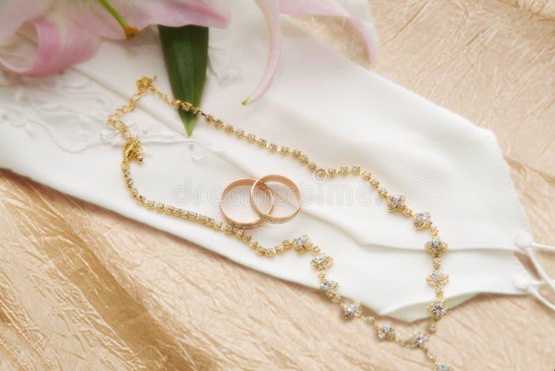 Anelli di cerimonia nuziale dell'oro fotografia stock