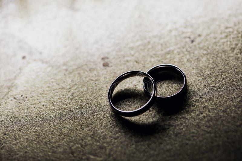 Anelli di cerimonia nuziale Anelli dorati su priorit? bassa sposato fotografia stock libera da diritti