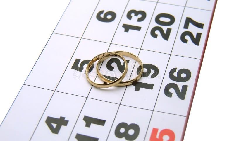 Anelli di cerimonia nuziale su un calendario fotografie stock libere da diritti