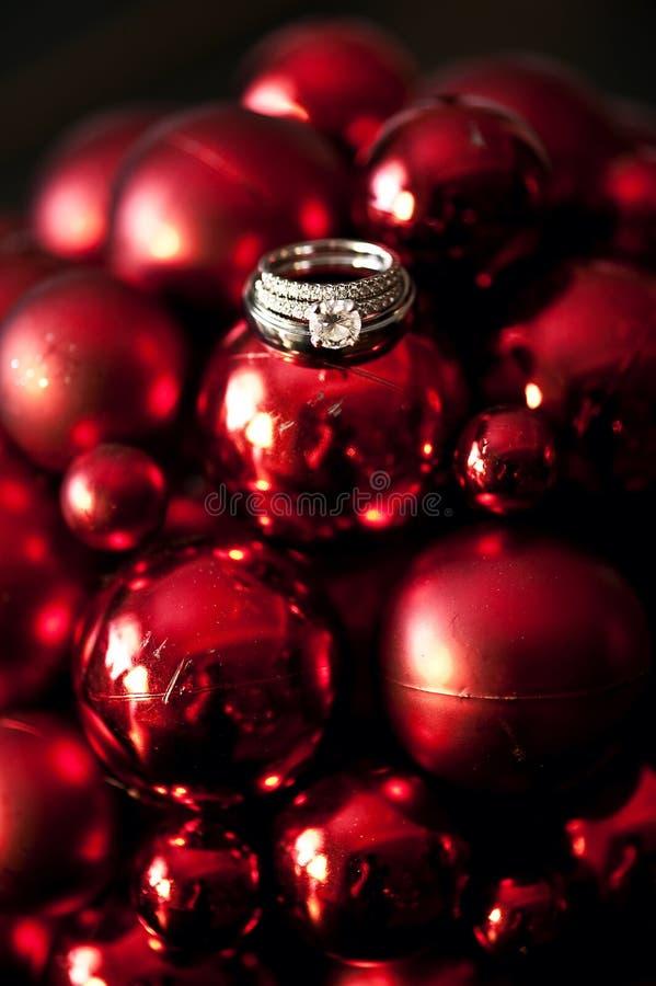 Anelli di cerimonia nuziale sugli ornamenti di natale fotografie stock