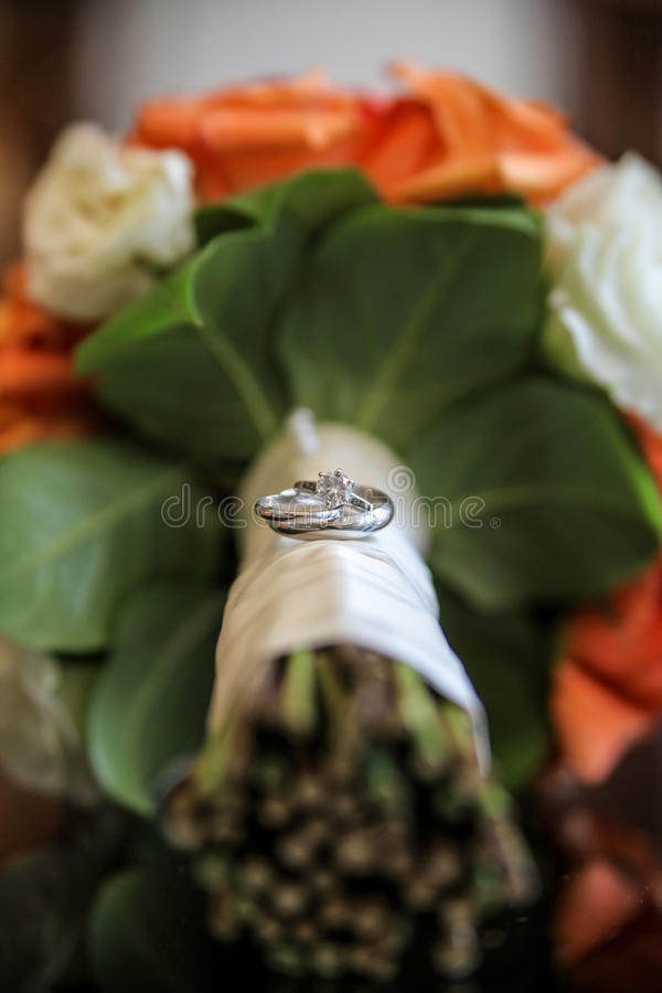 Anelli di cerimonia nuziale sui fiori fotografie stock