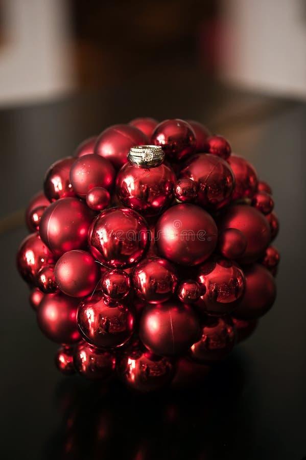 Anelli di cerimonia nuziale sull'ornamento di natale immagini stock