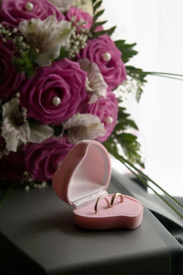Anelli di cerimonia nuziale in una casella dentellare immagine stock libera da diritti