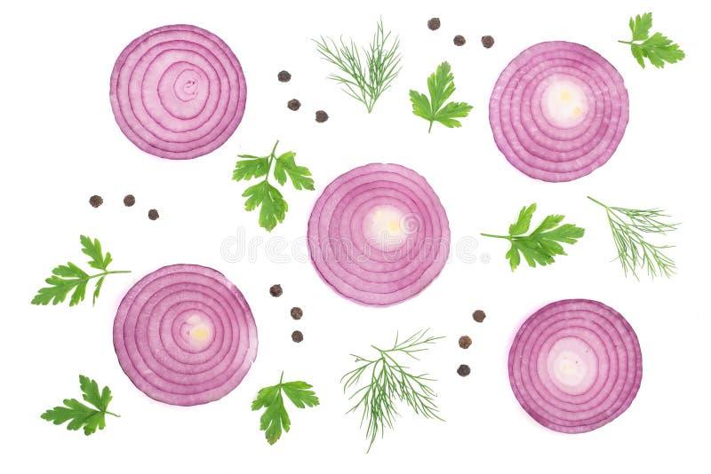 Anelli di cipolla rossa affettati con le foglie ed i granelli di pepe del prezzemolo isolati su fondo bianco Vista superiore Mode immagine stock libera da diritti