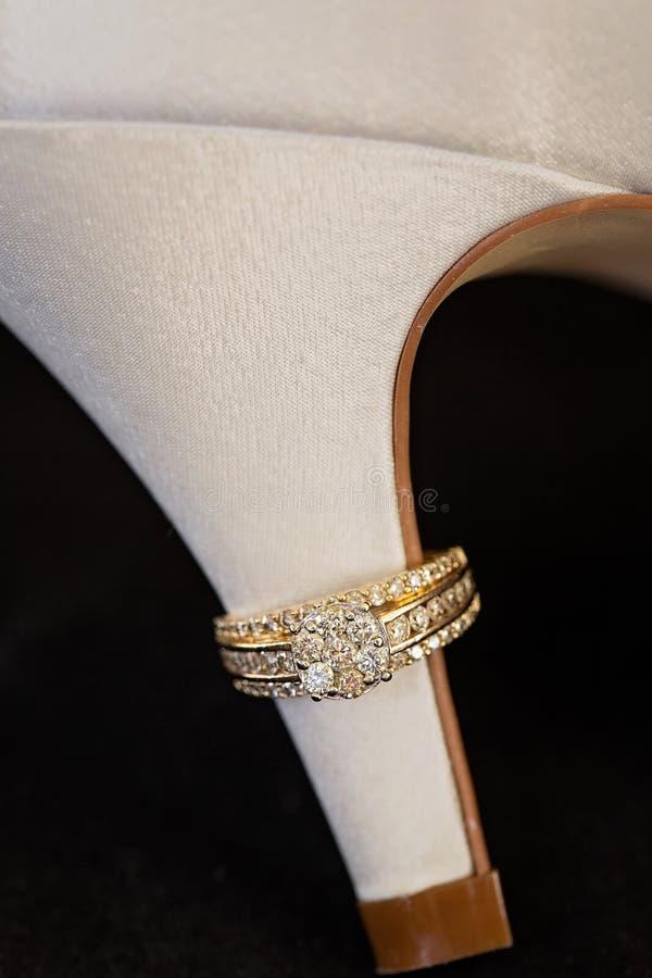 Anelli di diamante del ` s della donna sul tallone della scarpa fotografia stock libera da diritti