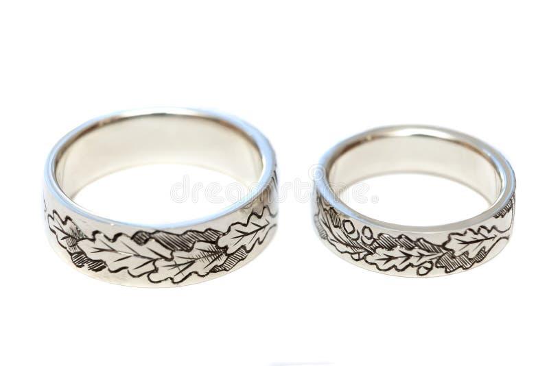 Anelli di fidanzamento d'argento con incisione secondo lo schizzo del ` s dell'autore fotografie stock