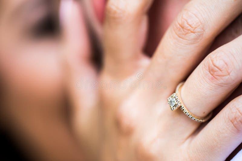 Anelli di fidanzamento Relazione, impegno, amore immagine stock libera da diritti