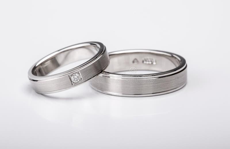Anelli di oro bianco di corrispondenza di impegno e di nozze immagine stock libera da diritti