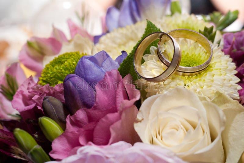 Anelli di oro di cerimonia nuziale immagini stock