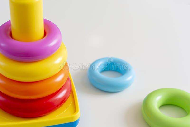 Anelli di plastica variopinti impilati in una torre fotografia stock libera da diritti