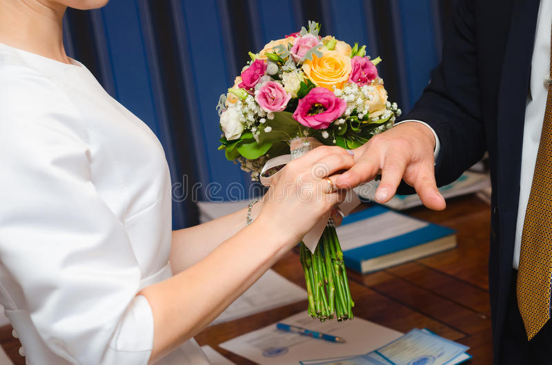 Anelli di scambio delle persone appena sposate immagine stock libera da diritti