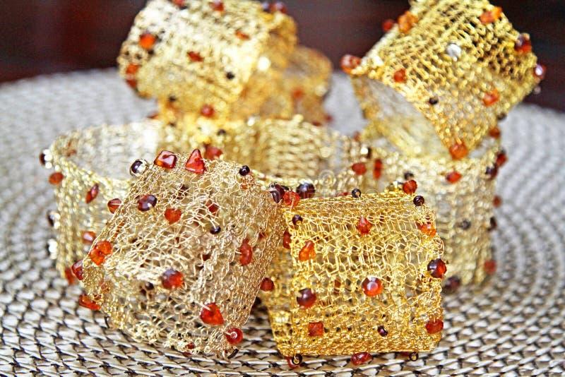 Anelli di tovagliolo di fili con perle colorate fotografia stock libera da diritti